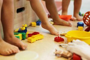 Petits pieds de bébés au milieu de jouets