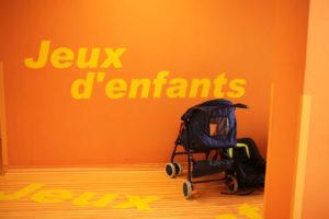 Une poussette devant un mur orangé à l'hôpital mère-enfant de l'est parisien
