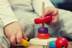 gros plan sur des mains de bébé qui joue