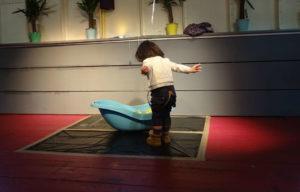 Un petit enfant joue avec une baignoire au Centre Parental Estrelia
