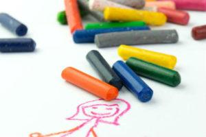 gros plan sur le dessin d'enfant à la craie grasse