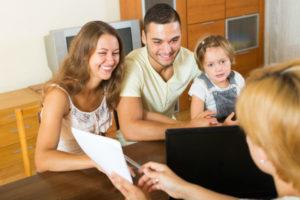 Famille Avec Un Enfant Et Assistante De Service Social