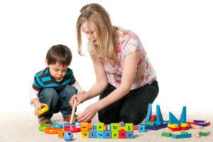 Une Jeune Femme Joue Avec Un Enfant