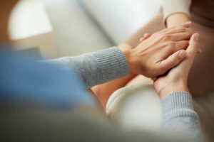 Une Therapeute Reconforte Sa Patiente